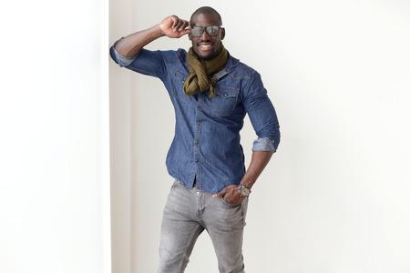 modelos negras: Retrato de la manera del hombre joven hermoso presenta en el país. Foto de archivo