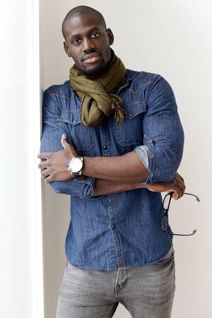 hombres negros: Retrato de la manera del hombre joven hermoso presenta en el país. Foto de archivo