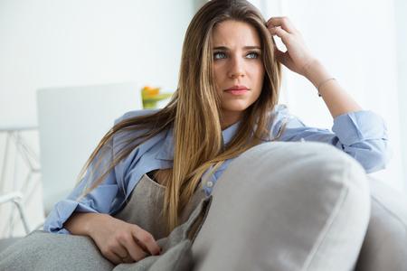 自宅で横向きに見える美しい若い女性の肖像画。 写真素材