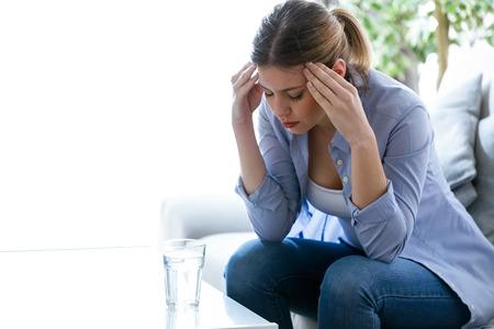 Tir de malheureuse solitaire déprimé jeune femme assise sur le canapé à la maison. dépression concept Banque d'images - 99373418
