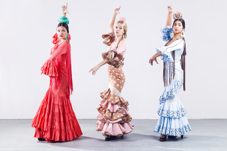 Portret van mooie drie jonge flamencodanseres in mooie jurk. Stockfoto
