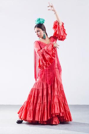 Retrato de bastante joven bailarina de flamenco en vestido hermoso.