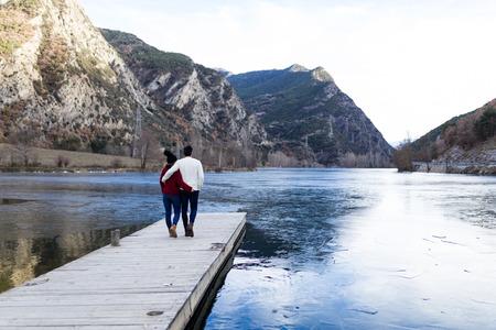 Retrato de una hermosa joven pareja de enamorados sobre fondo de invierno.