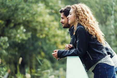 Portrait de beau jeune couple dans le parc.