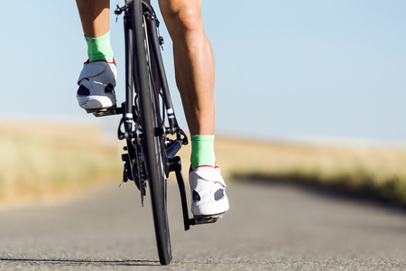 Close-up of the foot of a young man cycling on the road. Stockfoto - 111738846
