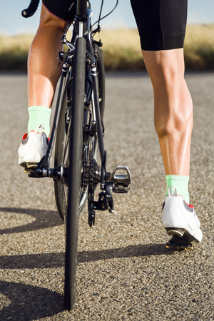 Close-up of the foot of a young man cycling on the road. Stockfoto - 111739618