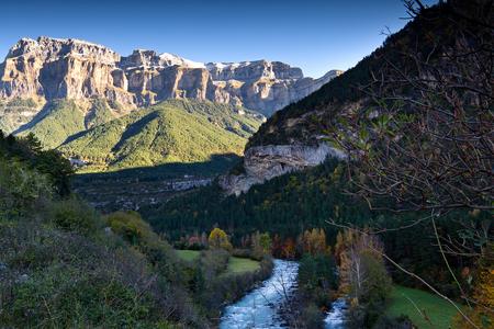 Autumn landscape in Ordesa National Park, Pyrenees, Huesca, Aragon, Spain Stockfoto - 111739064