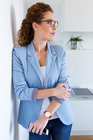 Portrait of beautiful young businesswoman looking sideways in the office. 版權商用圖片 - 111523118