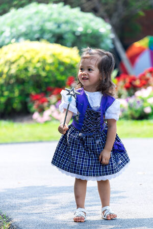 scettro: Adorabile bambina con uno scettro in un parco Archivio Fotografico