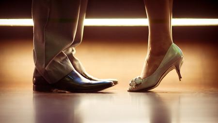 Piernas románticos y zapatos de un hombre y una mujer Foto de archivo