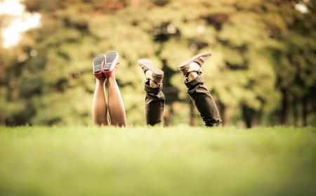 녹색 정원에서 신발 친절한 부부