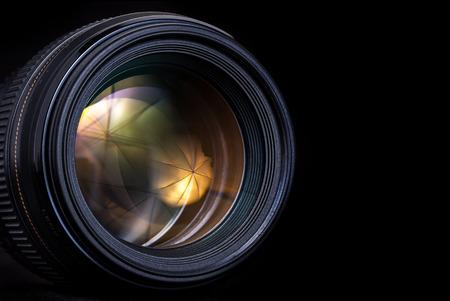 カメラのレンズだけ黒い背景に分離