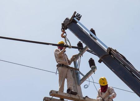 Maintenance of power distribution system 22 kv, Change insulators photo