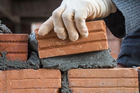 건설 공장에 벽돌 블록 벽을 건축