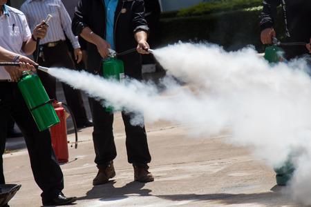 Instructeur over hoe je een brandblusser gebruiken op een training brand