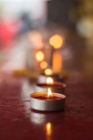 Lignting de velas que ruegan en un templo