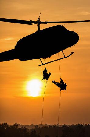 孤立した兵士ヘリコプター救助します。
