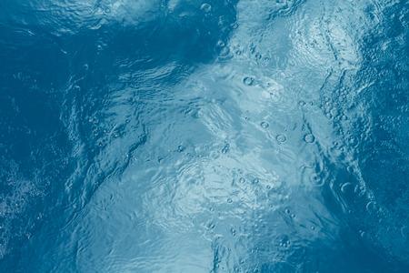 Fondo del agua de la piscina con reflejos del sol Foto de archivo - 44730799