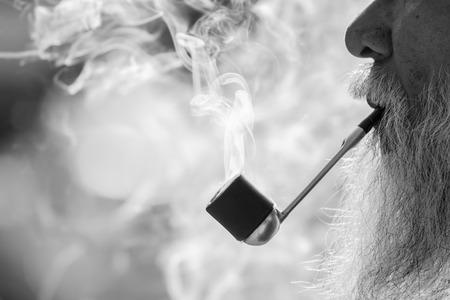 hombre fumando: fumar anciano