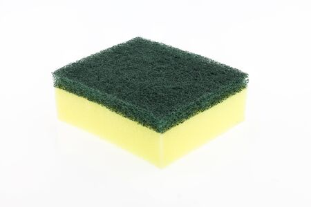 lavar platos: Lavar platos esponja sobre fondo blanco.