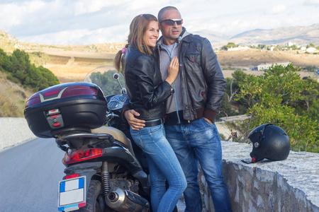motorrad frau: Gl�ckliche Paare, die Reisen mit dem Motorrad Lizenzfreie Bilder