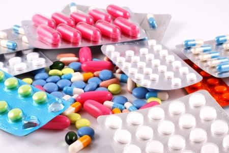 Pillole di molte forme e colori raggruppati