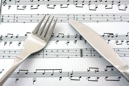 clave de fa: Hoja de notas con tenedor y cuchillo