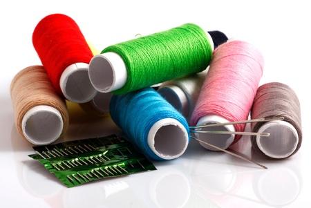 hilo rojo: Conjunto de bobinas de hilo de colores aislados sobre fondo blanco Foto de archivo