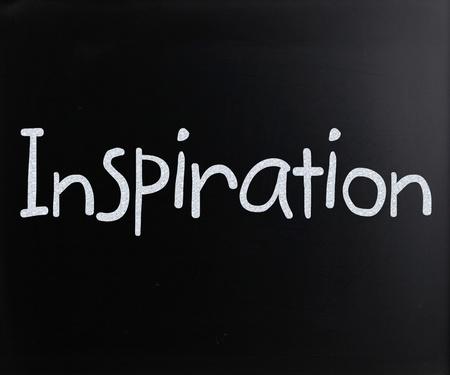 """emphasising: Il """"Inspiration"""" la parola scritta a mano con il gesso bianco su una lavagna Archivio Fotografico"""
