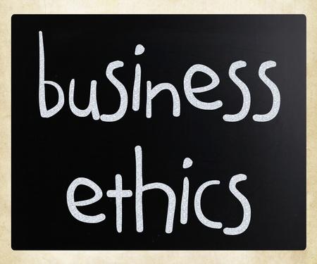"""etica empresarial: """"�tica en los Negocios"""" escritas a mano con tiza blanca en una pizarra"""
