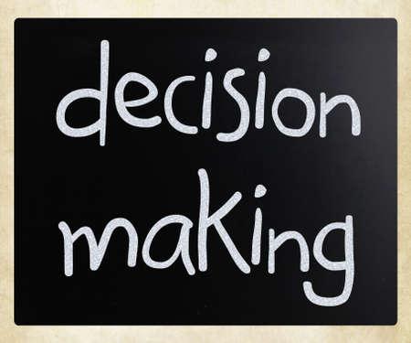 toma de decisiones: La toma de decisiones a mano con tiza blanca sobre una pizarra Foto de archivo