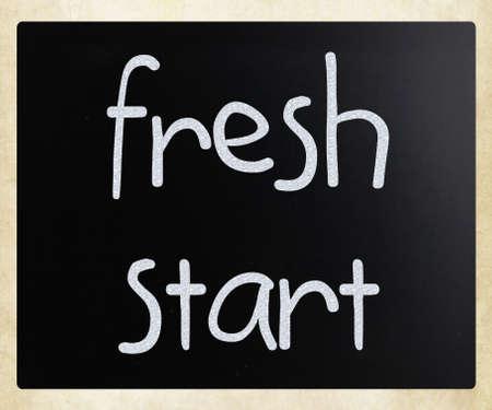 frisse start: frisse start met de hand geschreven met wit krijt op een schoolbord Stockfoto