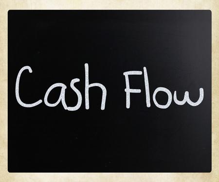 """flujo de dinero: """"Flujo de caja"""", escrita a mano con tiza blanca sobre una pizarra"""
