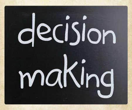 """toma de decisiones: """"La toma de decisiones"""", escrita a mano con tiza blanca sobre una pizarra"""