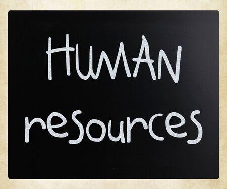 """recursos humanos: """"Recursos humanos"""" escritas a mano con tiza blanca sobre una pizarra."""