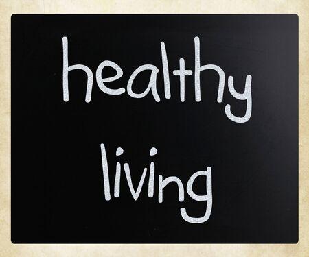 concept images: Una vita sana, scritto a mano con il gesso bianco su una lavagna.