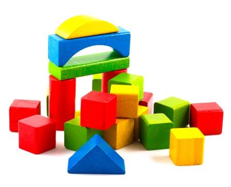 juguetes de madera: Bloques de madera de construcci�n aislado en fondo blanco.