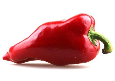 pimientos: Pimientas de chiles rojos sobre fondo blanco. Foto de archivo