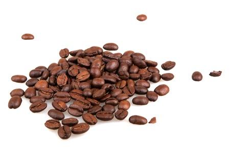 grano de cafe: granos de café aisladas sobre fondo blanco