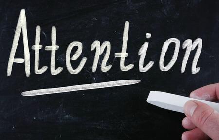 poner atencion: atención escrita a mano con tiza en una pizarra
