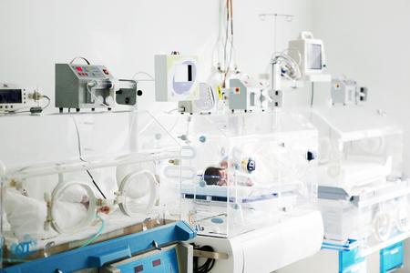 病院で新生児のケア。