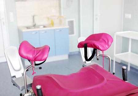 silla ginecológica en la sala de ginecología. Foto de archivo