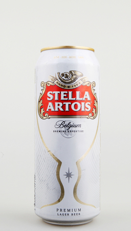 Aytos, Bulgarije - 4 juni 2017: Stella Artois bier op witte achtergrond. Stella Artois wordt sinds 1926 in Leuven, België, gebrouwen.