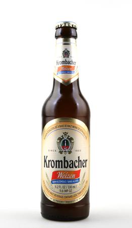 Pomorie, Bulgarije - 27 oktober 2017: Krombacher bier geïsoleerd op een witte achtergrond. Krombacher Brauerei is een van de grootste brouwerijen in privébezit in Duitsland en behoort tot de nummer 2 van de bestverkopende bieren van Duitsland.