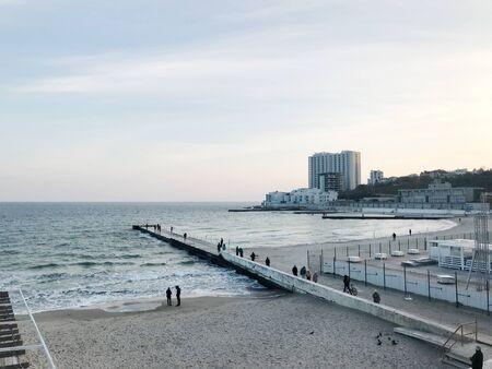 オデッサ、ウクライナ - 2017 年 11 月 17 日: アルカディア ビーチのパノラマ。アルカディア ビーチは、オデッサ、ウクライナの最も有名なビーチです。アルカディア地区にあります。 写真素材 - 91067619