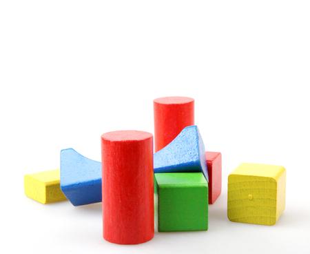 blocs de construction en bois isolés sur fond blanc