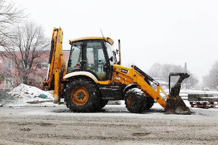 AYTOS, BULGARIEN - 25. Januar 2011: Schneepflug reinigt die Straßen der Stadt.