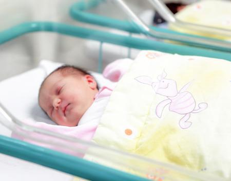 SLIVEN, BULGARIA - 21 de enero de 2012: Bebé recién nacido en el hospital.