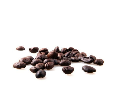 Roasted Coffee Beans Over White Background Foto de archivo - 116502736