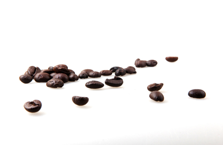 Roasted Coffee Beans Over White Background Foto de archivo - 116502739